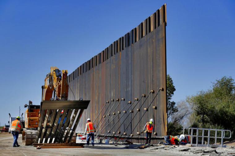 Obras de construcción del muro fronterizo financiadas con dinero del Pentágono en Yuma, Arizona.