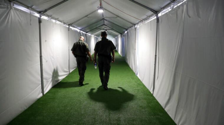 Las instalaciones temporales de CBP en Donna, Texas.