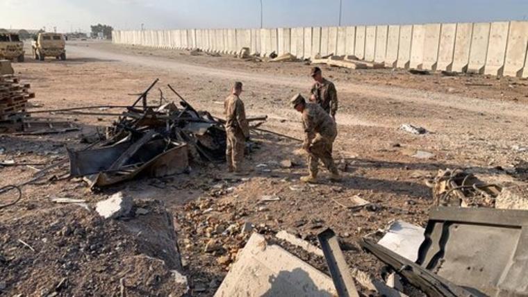 Militares estadounidenses inspeccionan un punto golpeado por los misiles iraníes en la base de Ain al-Asad, en Irak.