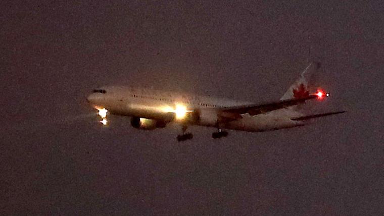 El avión de Air Canada momentos antes de aterrizar sin problemas en el aeropuerto de Barajas, Madrid.
