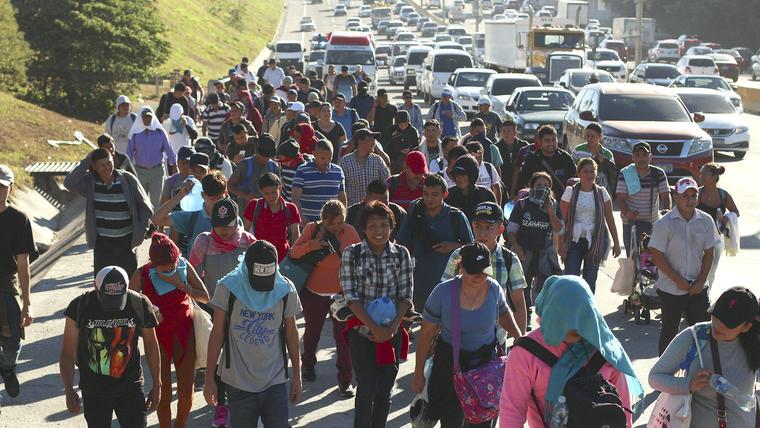 Una caravana de migrantes de El Salvador intentan cruzar a Estados Unidos, escapando de la violencia.