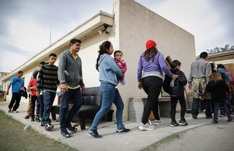 Migrantes llegan a una iglesia en Estados Unidos, luego de cruzar la frontera con México.