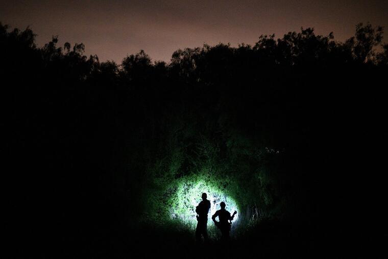 Agentes de la Patrulla Fronteriza buscan a migrantes ilegales cerca del Río Grande en Texas.