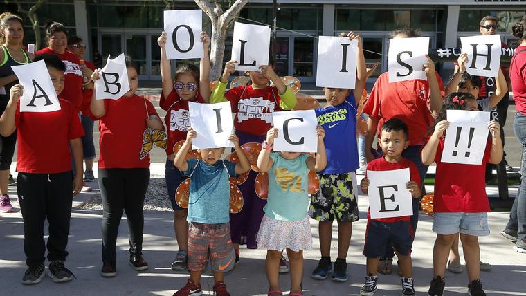 Niños protestando contra ICE en Phoenix, en una foto de archivo de 2018.
