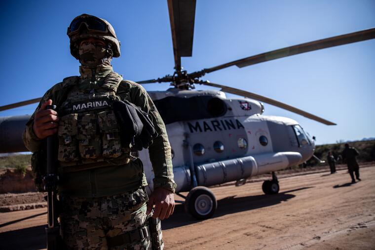 Soldado de la Marina mexicana custodia la comunidad de La Morita