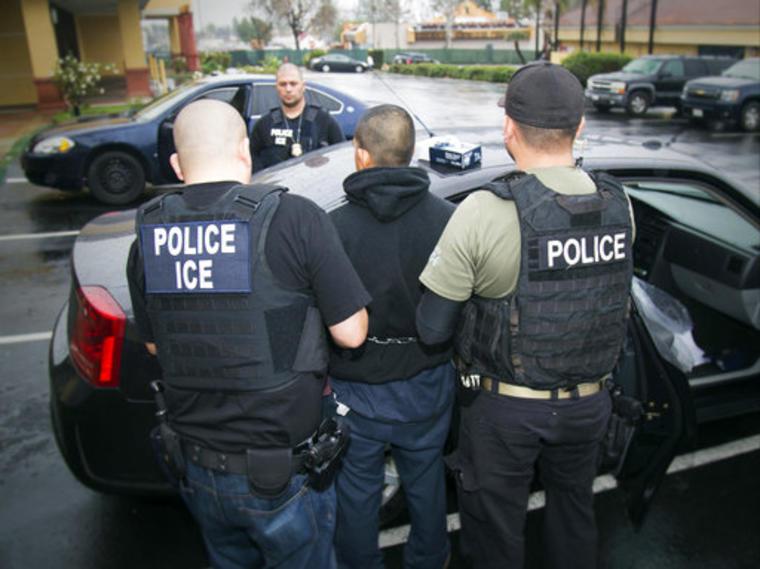 Agentes de ICE detienen a un hombre en una operación.