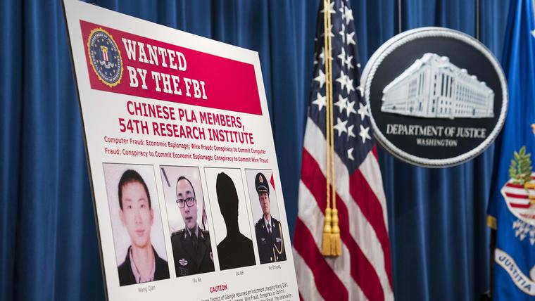 El Departamento de Justicia mostró hoy la orden de búsqueda del FBI de los cuatro militantes chinos acusados de robo de información.