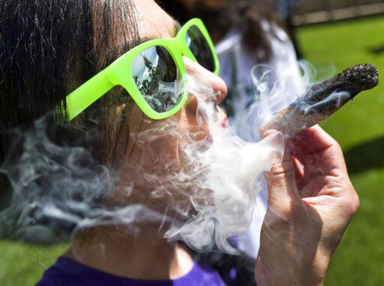 Una persona fuma marihuana en un evento en Los Ángeles.