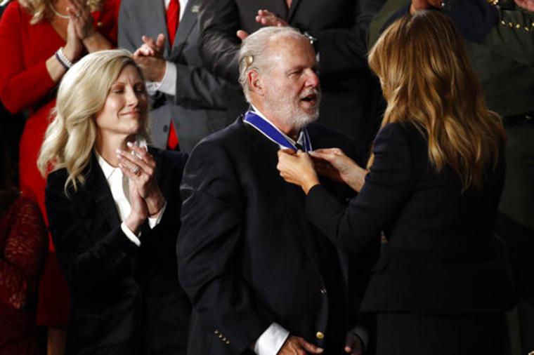 Rush Limbaugh recibe la Medalla de la Libertad de las manos de la primera dama, Melania Trump. mientras que la esposa del comentarista, Kathryn observa la escena.