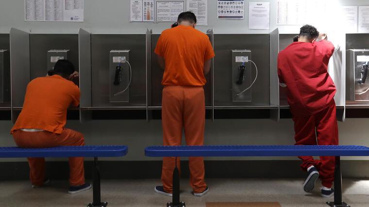 Un grupo de inmigrantes detenidos por ICE en el centro de reclusión de Adelanto, California.
