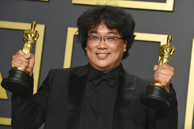 Bong Joon Ho, director de 'Parásitos', con dos de los premios Oscar ganados el pasado 9 de febrero.