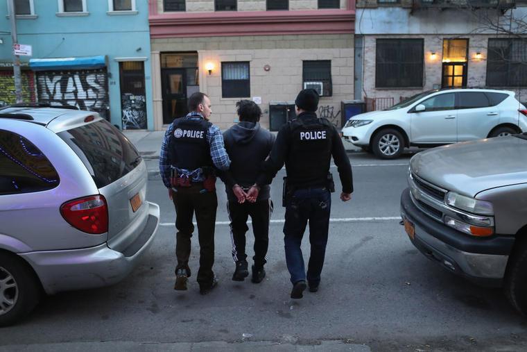 Agentes de ICE detienen a un inmigrante indocumentado en Nueva York.