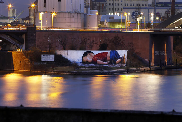Un graffiti en Frankfurt, Alemania, recrea la desgarradora fotografía que muestrael cuerpo del niño sirio Alan Kurdi, de 3 años,después de ahogarseen el Mediterráneo en 2015.