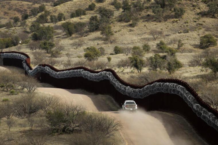 La patrulla fronteriza vigila la frontera sur en Arizona.