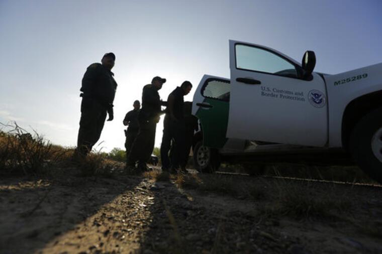 Agentes de la Patrulla Fronteriza detienen en Texas a un hombre que cruzó presuntamente la frontera sur ilegalmente (imagen de archivo).