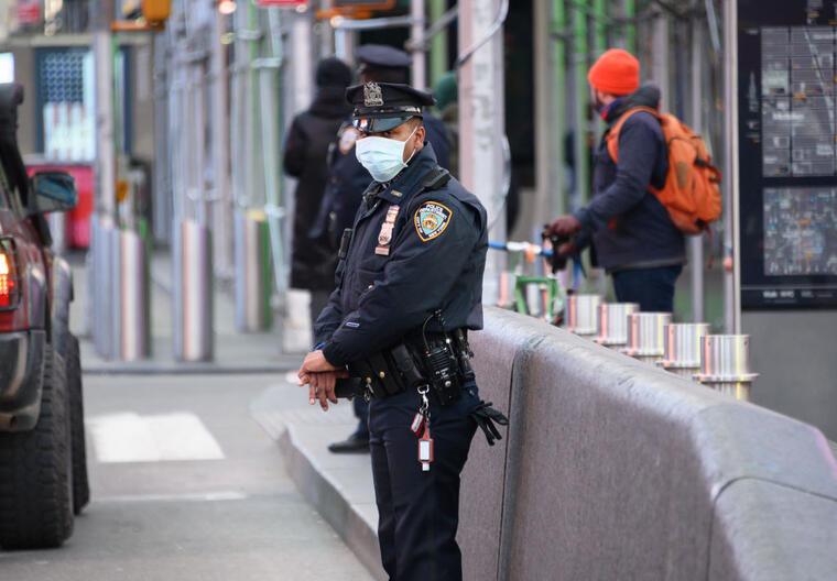 Un policía de Nueva York con máscara protectora en Times Square este domingo.