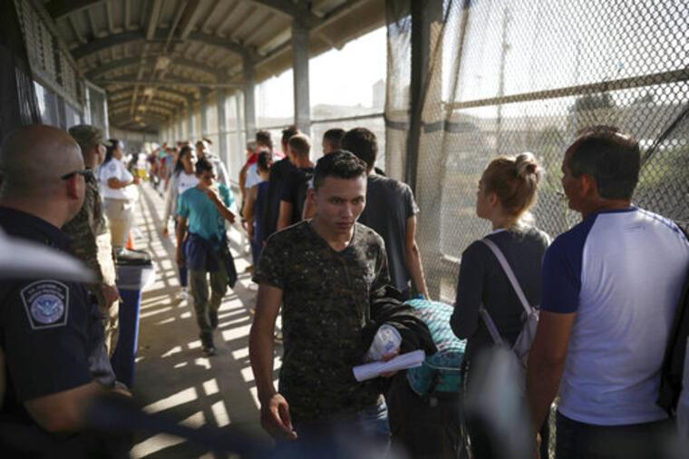 Solicitantes de asilo en el cruce fronterizo entre Matamoros, México, y Bownsville, Texas.
