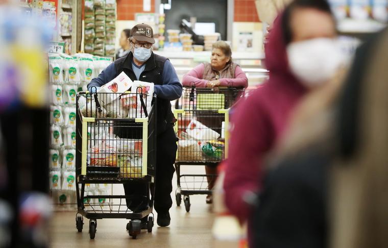 Personas de la tercera edad compran alimentos durante las horas especiales abiertas solamente a ancianos y discapacitados debido al coronavirus, en Northgate Gonzalez Market, un supermercado hispano, el 19 de marzo en Los Ángeles, California.
