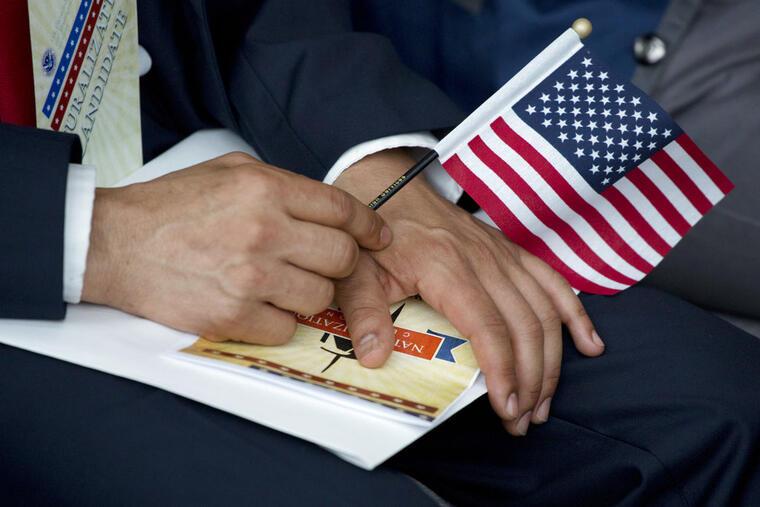 Un hombre de origen brasileño durante su ceremonia de otorgamiento de la ciudadanía estadounidense (imagen de archivo).