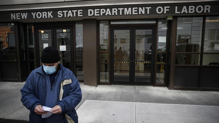 Un hombre sale de las oficianas del Departamento del Trabajo en Nueva York.
