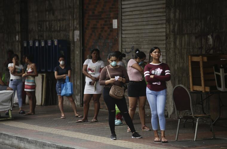 Un grupo de mujeres mantenían el distanciamiento social en la fila de un supermercado, en Ciudad de Panamá, el 3 de abril de 2020.