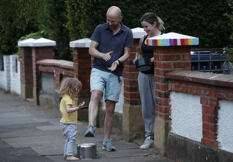 Una familia con una niña aplaude en Londres a los trabajadores del Servicio Nacional de Salud de Reino Unido