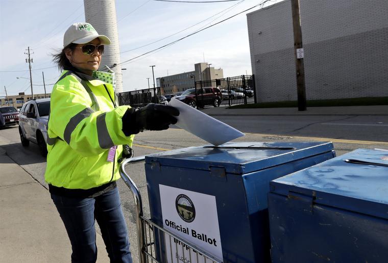 Una trabajadora de la Junta Electoral deposita este martes una papeleta de votación en Cleveland, Ohio, durante las primarias en el estado.