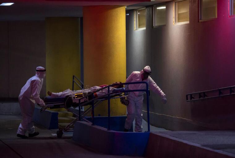 Personal médico lleva paciente a hospital en Tijuana