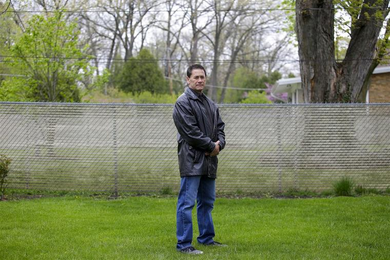 Paul Stewart fuera de su casa en Winfield, Illinois.