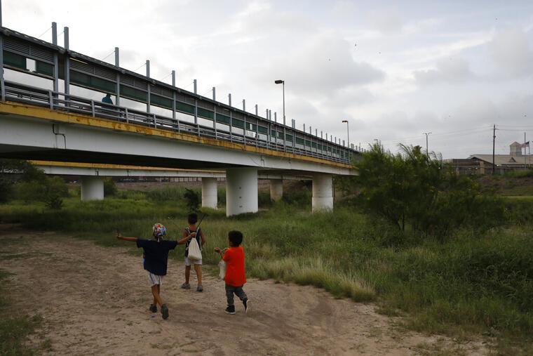 Tres niños migrantes en la frontera sur, en una imagen de enero de 2019.