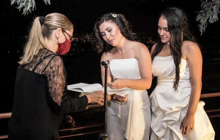 Alexandra Quiros y Dunia Araya firman durante su boda Heredia (Costa Rica