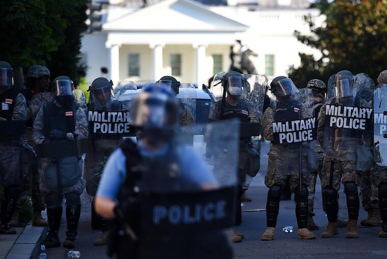 La policía militar en la entrada de la Casa Blanca el lunes 1 de junio de 2020 dispersa a quienes se manifiestan en contra de la brutalidad policial tras la muerte de George Floyd.
