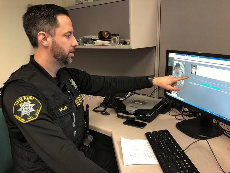 Policía utilizando software de reconocimiento facial.