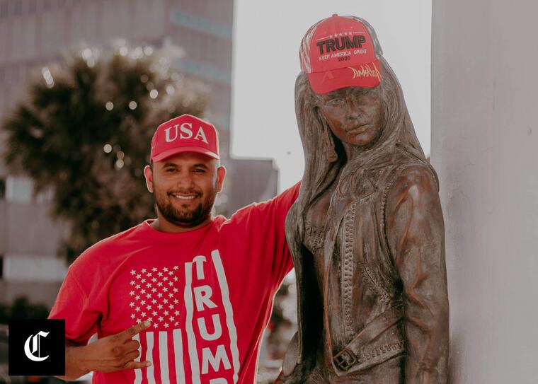 Una estatua de Selena Quintanilla-Pérez en Corpus Christi, Texas, junto a Joe Michael Pérez, hispano republicano que vistió a la estatua con una gorra de Make America Great Again de la campaña del presidente Donald Trump.