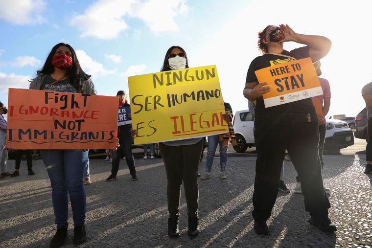 Dreamers celebran la decisión de la Corte Suprema de rechazar la cancelación de DACA, en San Diego.