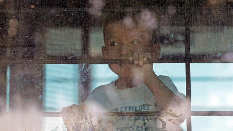 Un niño en un centro de detención en una imagen de archivo.