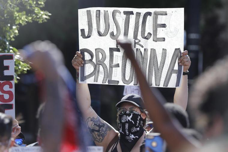 Manifestantes protestan a principios de este mes por la muerte de Breonna Taylor en Louisville, Kentucky.