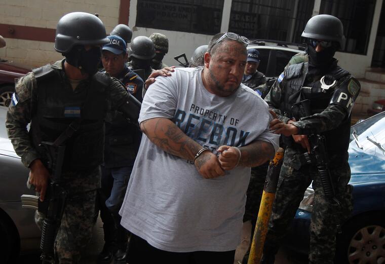"""Ricky Zelaya, también conocido como """"Boxer Huber"""", uno de los máximos líderes de Barrio 18 en Honduras, durante un traslado policial en septiembre de 2017."""