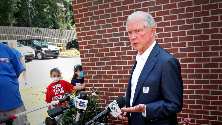 Jeff Sessions se dirige a los medios después de votar en la segunda vuelta republicana de Alabama para el Senado, el 14 de julio de 2020 en Mobile, Alabama.