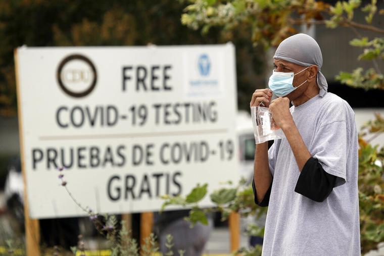 Un hombre frente a un centro de pruebas de COVID-19.