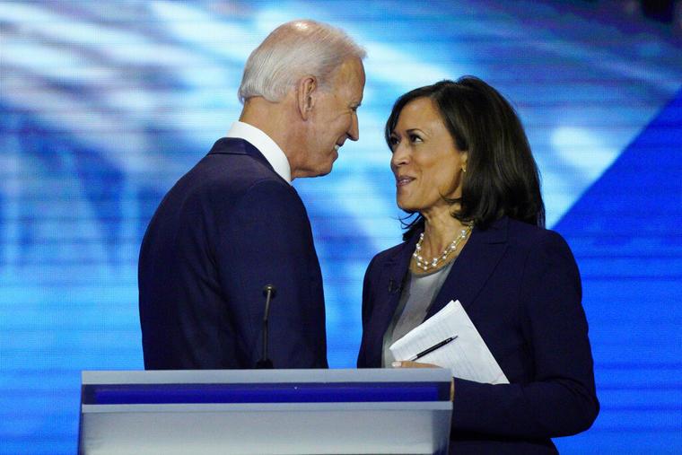 Joe Biden y Kamala Harris se dan la mano en esta fotografía de archivo