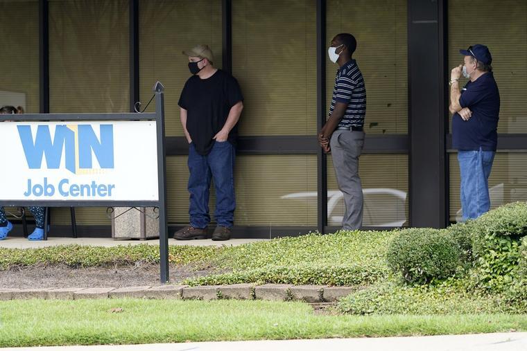 Un grupo de personas hacía fila frente al Departamento de Seguridad Laboral de Mississippi, en el Centro de Trabajo WIN ubicado en Pearl, Mississippi, el 31 de agosto de 2020.