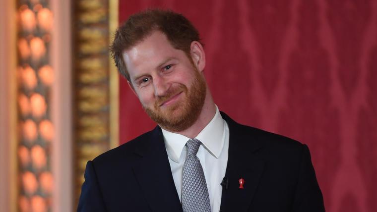 Príncipe Harry dona en su cumpleaños