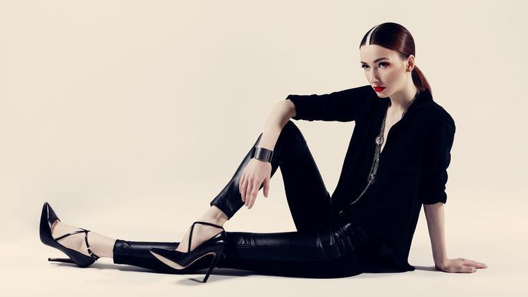 Modelo con ropa negra