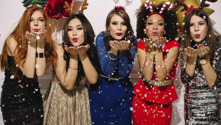 Mujeres celebrando con confeti