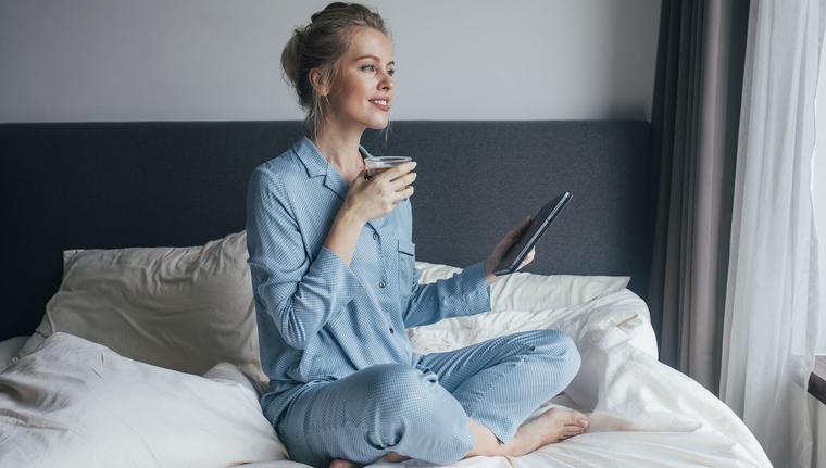Mujer en pijama tomando café