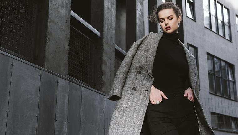 Mujer portando un abrigo sobre los hombros