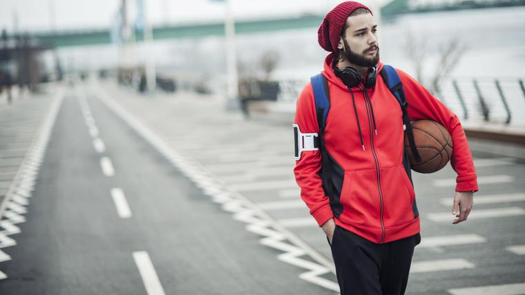 Hombre caminando usando ropa deportiva