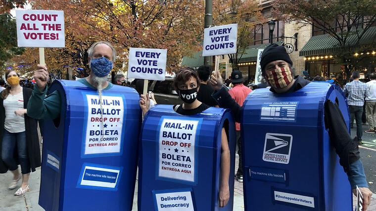 Un grupo de activistas que defienden la integridad del conteo de votos en la elección presidencial, en Philadelphia, Pennsylvania.