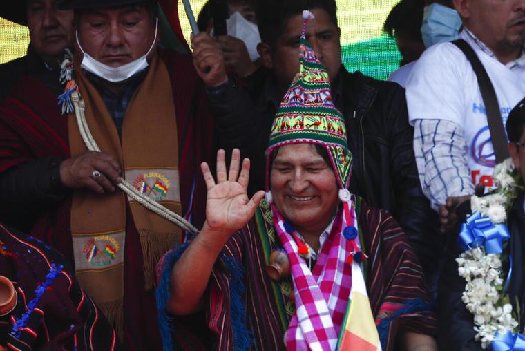 El expresidente Evo Morales saluda durante un mitin con simpatizantes en Villazón, Bolivia, el 9 de noviembre de 2020.